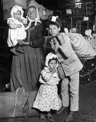 immigrati-italiani-arrivo-a-ellis-island-new-york-1905-lewis-hine