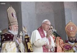 Il Catholicos e il Papa al termine della Divina Liturgia - ANSA